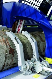 Le système de maintien de bois empêche la rotation du tronc et garantit un transfert optimal vers le canal de fente.